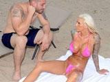 Dandole cremita a una joven en la playa