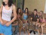 Grupito de amigos jugando al strip-poker