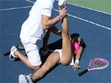 Calentando antes de jugar a tenis