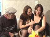 Abuelo tonteando con sus dos nietas