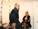 Artista de cabaret follando en el camerino
