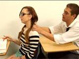 Intenta ligarse a su compañera de clase