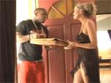 Abre al pizzero medio desnuda
