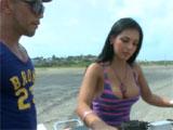 Ligandose a una latina en la playa