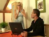 Mi abuela se asusta al ver porno por internet