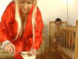 La abuela le da teta de merendar a su nieto
