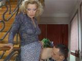 Se lia con la vecina madura en la escalera