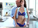 Incesto con mi hija en la cocina
