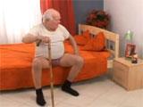 El bisabuelo espera la llegada de la nieta
