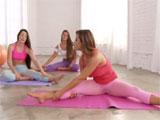 Mi hermana y sus amigas haciendo yoga