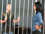 La directora de prisión abusa de un preso
