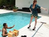 La señora de la casa me pilla en la piscina