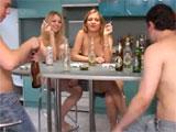 Jovencitas medio borrachas en una fiesta