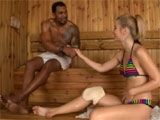 Se liga a un negro en la sauna