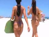 Madre e hija pasan la mañana en la playa