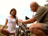 Ayudo a mi nieta con la bicicleta