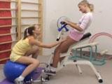 Dos jóvenes amigas tontean en el gimnasio