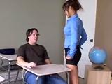Mamá me folla en clase