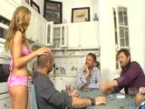 Se excita viendo a los hermanos jugar al poker
