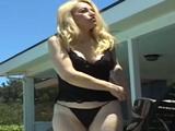 Mi vecina viuda se baña en la piscina