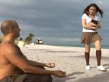 Se liga en la playa a una colegiala