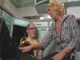 Mama en la cocina con el joven fontanero