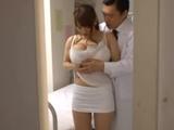 El doctor abusa de la paciente en la consulta