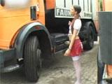 Jovencita subiendose al camion de un desconocido