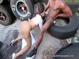 Jayla Foxx mamando una polla negra en la calle