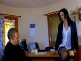 Se aprovecha de ella en una entrevista de trabajo
