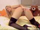 Rubia jugando en webcam con su jugoso coñito