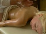 Con la excusa del masaje se la acaba follando