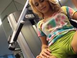 Jovencita marcando coño en el gimnasio