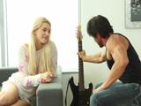 El viejo rockero se folla a una joven fan suya