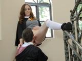 Colegiala tiene sexo en la escalera con un alumno