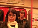 Se liga a la madura en el metro y se la folla