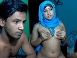 Pareja musulmana jugando en la webcam