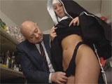 El jubilado mete mano a una joven monja