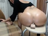 Madura se masturba el culo en webcam