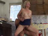 Follando con mamá en la cocina
