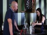 Me follo al camarero en el pub