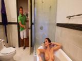 Entro en el baño y está mi suegra…