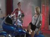 Sexo en la moto y tías buenas