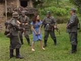 Soldados de las SS abusando de una prisionera