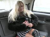 Sexo en el taxi, rubia despampanante