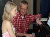 Atraida por su viejo profesor de piano