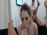 Dos amigas lesbianas folladas en una orgía casera