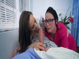 Dos enfermeras sexy comiéndole la polla al paciente