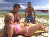 Trio en la playa con el novio y un amigo