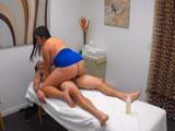 La gordita asiática da algo más que masajes